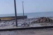 أمواج شاطئ سلا تقذف الحجارة وسكان المنطقة يتخوفون