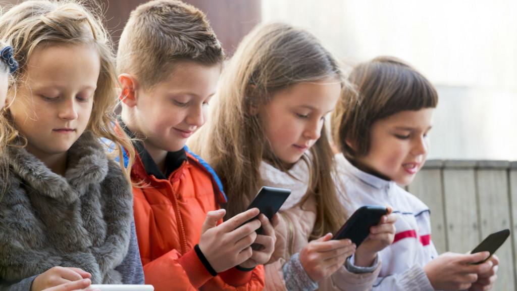 الأطفال يواجهون مشاكل في الصحة العقلية بسبب الهواتف الذكية والأجهزة اللوحية