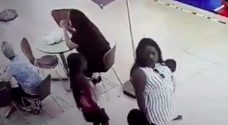 امرأة تستخدم أطفالها في سرقة الحقائب داخل مركز تجاري