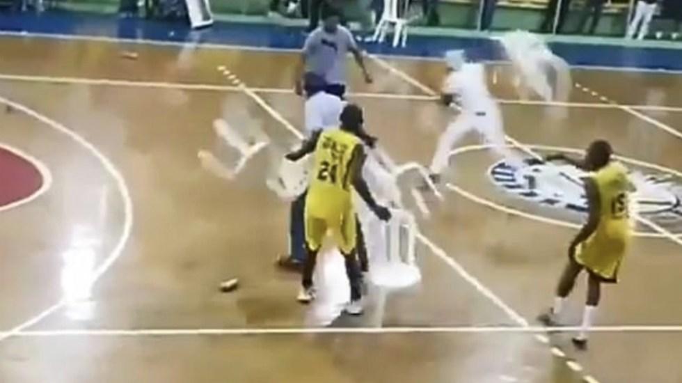 بالفيديو.. مباراة كرة سلة تتحول إلى معركة بالكراسي