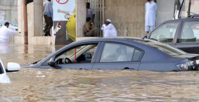 إجلاء آلاف المواطنين ومقتل 35 آخرين إثر سيول جارفة بالسعودية