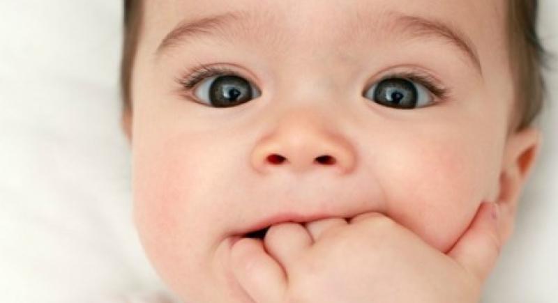 قضم الأظافر ومص الإصبع حماية لصحة الأطفال!