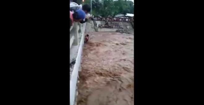 بالفيديو.. عملية إنقاذ أم وأطفالها الثلاثة بعد غرقهم في نهر هائج