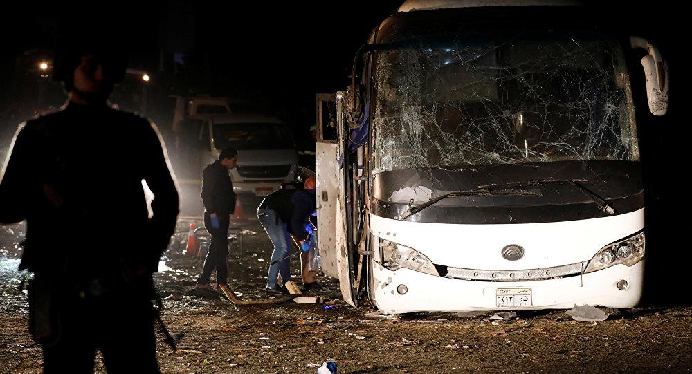 مصر.. مقتل 3 وإصابة 11 آخرين إثر تفجير حافلة سياحية
