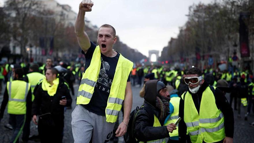 باريس.. 10 جرحى في مواجهات بين الشرطة و