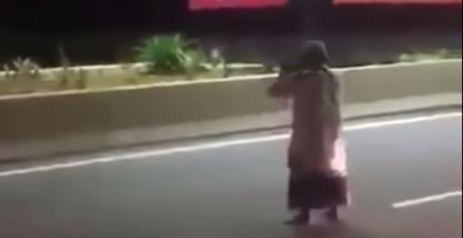 بالفيديو.. لا يصدق.. رجل يصلي وسط طريق سريع يخلق ضجة على مواقع التواصل!
