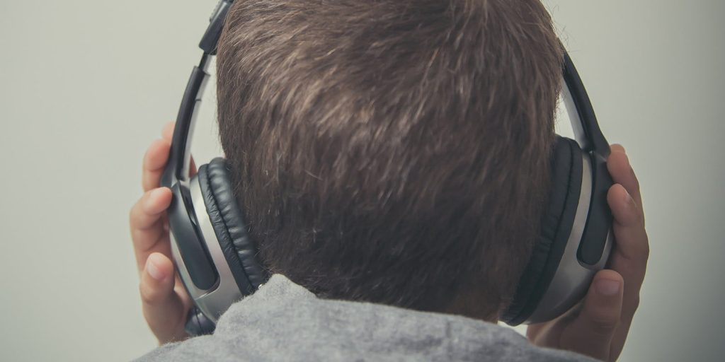 وفاة طفل بصعقة كهربائية نتيجة ارتدائه سماعة رأس أثناء الشحن