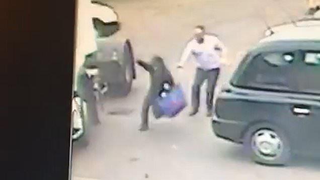 بالفيديو.. لص ينال أسرع عقاب بعد ثوانٍ  فقط من تنفيذه لعملية سرقة