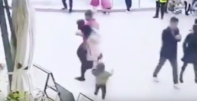 بالفيديو... رجل يحاول خطف طفلة من والديها