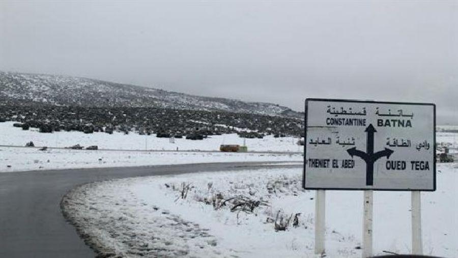 الثلوج والأمطار والرياح تقطع رحلات الجو والبر بالجزائر