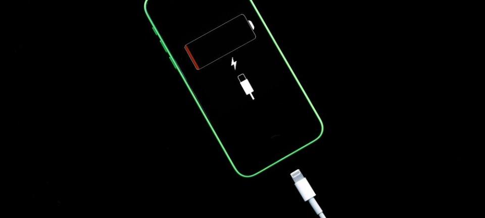 طريقة حذف التطبيقات ''القاتلة'' للبطارية من هاتف ''آيفون''!