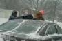 بالفيديو... أمريكي يمسح سيارته بابنه في البرد القارس