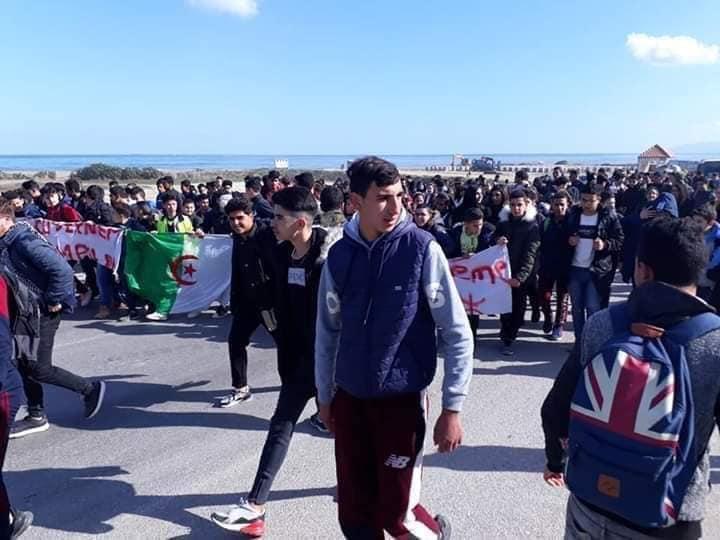 تلاميذ الجزائر ينضمون للحراك ضد الولاية الخامسة