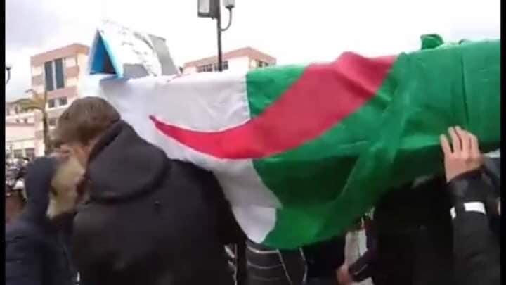 بالفيديو والصور.. طلبة الجزائر يجوبون الشوارع بنعش بوتفليقة وشعار ''مكاينش خامسة''