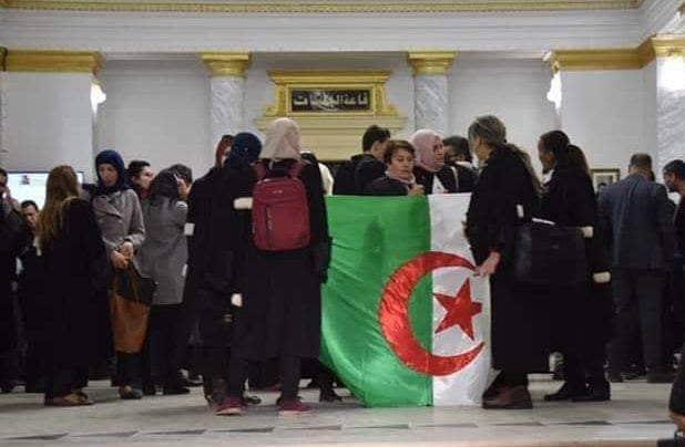 احتجاجات المحامين ضد الولاية الخامسة تزيد من متاعب النظام الجزائري
