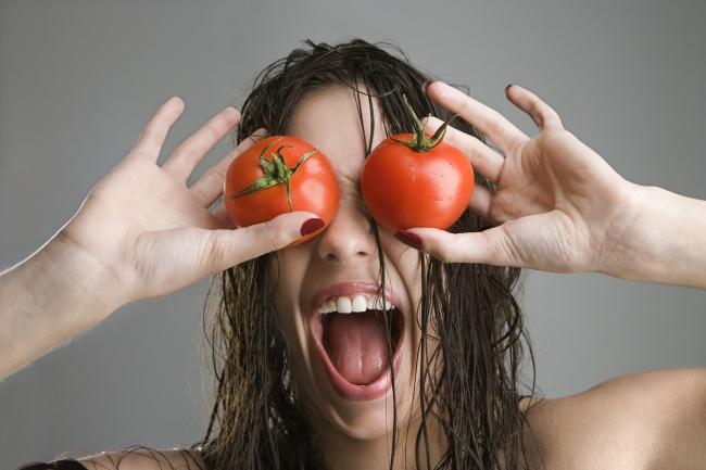 ماسك الطماطم .. للتخلص من حبوب الشباب وعلاج البشرة الدهنية