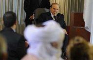 بالفيديو.. جزائريون غاضبون ينزعون صورة عملاقة لبوتفليقة من واجهة إدارة رسمية