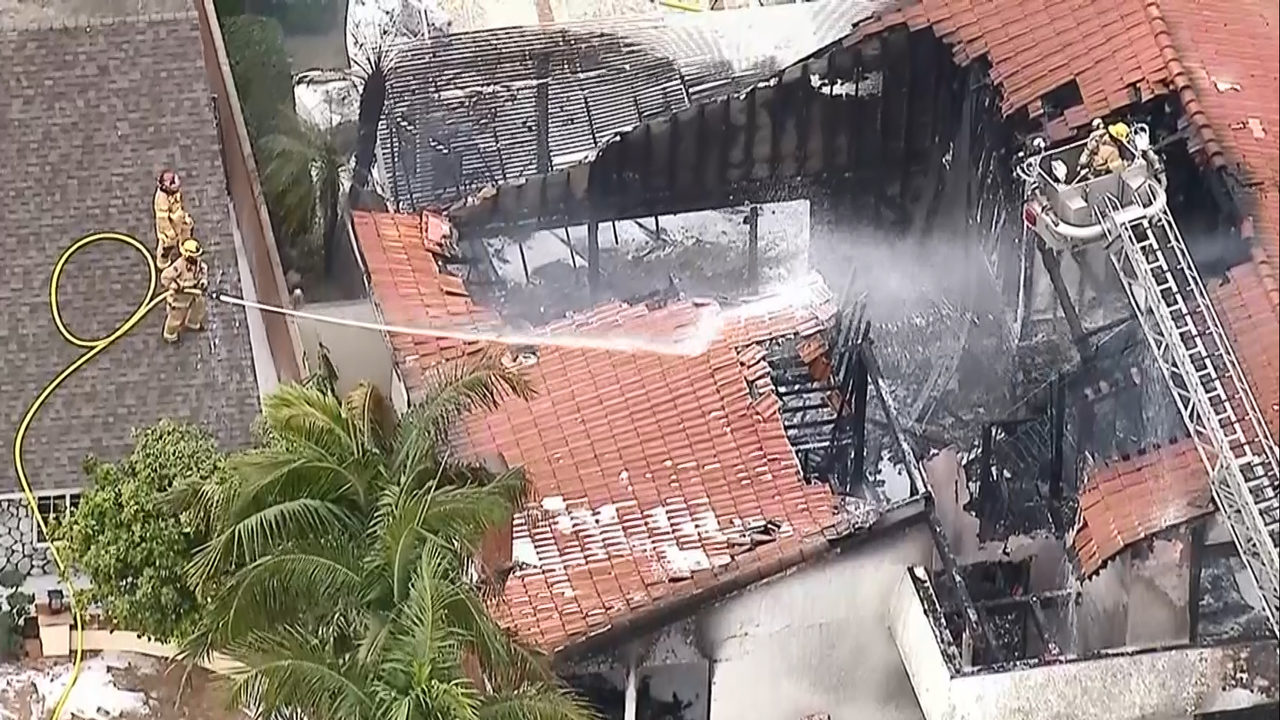 بالفيديو... لحظة سقوط طائرة فوق منزل