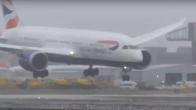 بالفيديو... هبوط فاشل ينشر الذعر بين ركاب طائرة