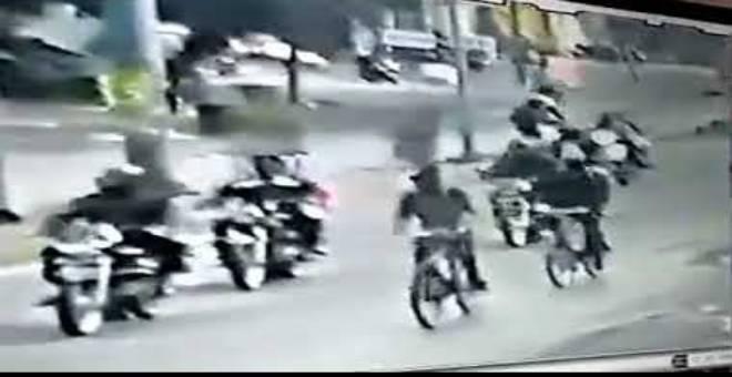 بالفيديو... لقطات مروعة للحظة سقوط زوجين تحت عجلات حافلة