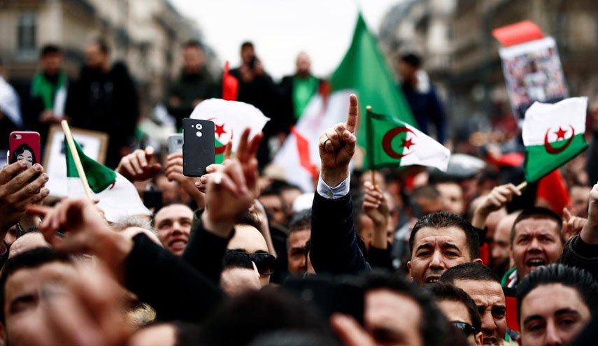قمامات بأسماء معسكر بوتفليقة تهز الجزائر ومظاهرات الجمعة تربك السلطة