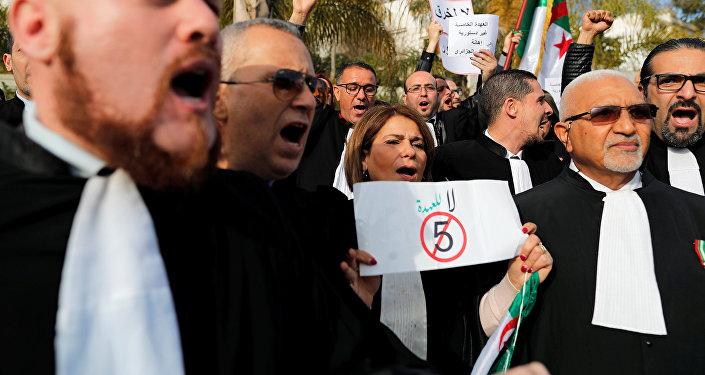احتجاجًا على ترشح بوتفليقة.. محامو الجزائر يخرجون للشارع وينددون بقوة