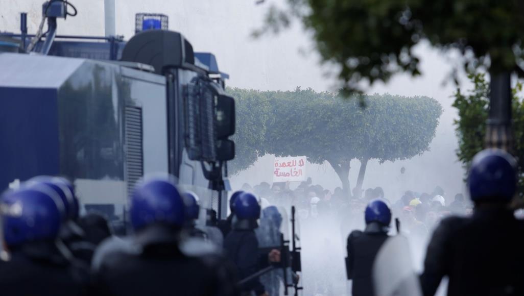 الجزائر.. الشرطة تستخدم مدافع المياه لمنع المتظاهرين من الوصول لقصر الرئاسة