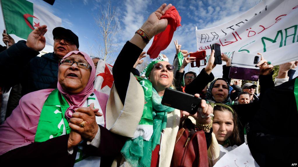 بملابس الثورة.. احتجاجات الجزائر تتجدد بحضور نسوي بارز (صور)