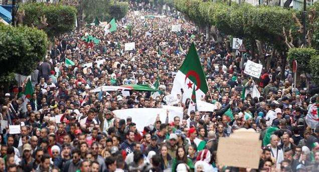 الجزائر.. الأمن يعتقل العديد من مناهضي بقاء بوتفليقة
