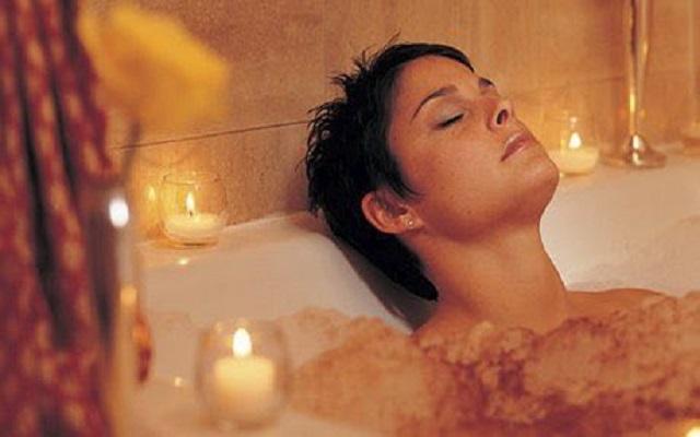 هوس النساء بالجمال عبر التاريخ جعلهم يستحمون بالبراز ويسودن أسنانهن
