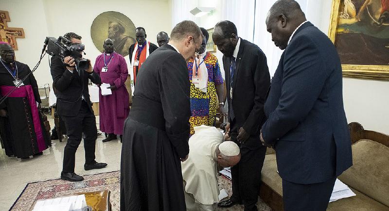 بعد تقبيل البابا فرنسيس أقدام زعماء جنوب السودان.. نانسي عجرم تعلق (صورة)