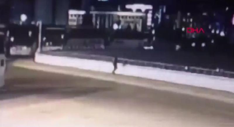 فيديو مروع لرجل يرمى زوجته من أعلى الجسر
