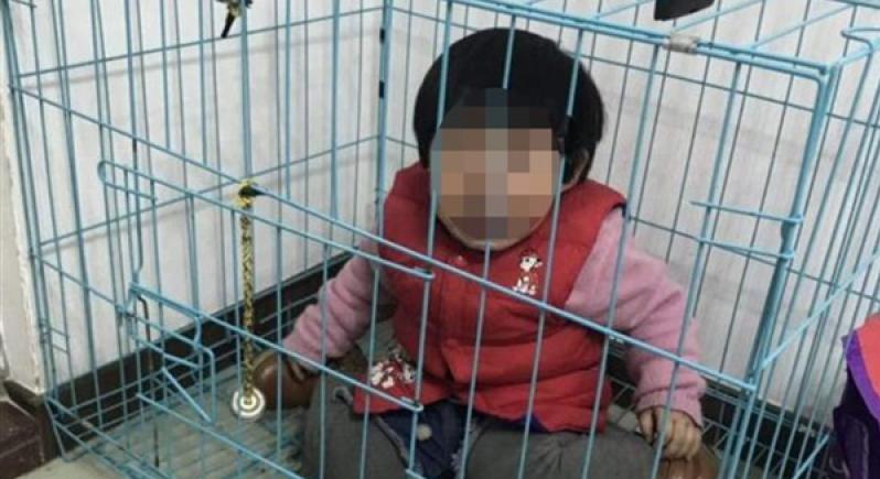 صور مروعة لطفلة حبسها والدها في قفص للكلاب !
