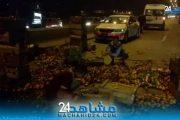 بالفيديو.. انقلاب شاحنة محملة بالبرتقال يتسبب في فوضى بـ