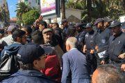 الجزائر.. الطلبة يتظاهرون  ضد بن صالح والشرطة تمنعهم من التوجه لقصر الحكومة
