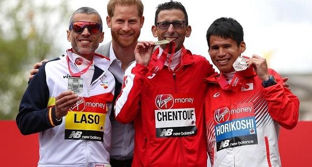 احتفى به الأمير هاري.. مغربي ضعيف البصر يفوز بالميدالية الذهبية لماراطون لندن