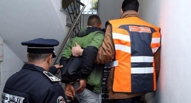 شرطي يشهر سلاحه لتوقيف شخص اعتدى على والدته