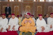 """الملك يؤدي صلاة الجمعة بمسجد """"عثمان بن عفان"""" بإقليم مولاي يعقوب"""