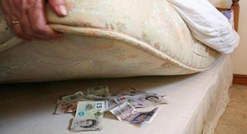 لسبب خطير .. السويد توصي مواطنيها بتخزين الأموال تحت الفراش !
