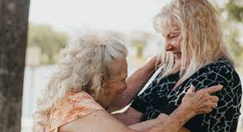 بالفيديو.. أم تلتقي ابنتها لأول مرة بعد 70 عاما من التخلي عنها