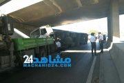 البيضاء.. حادث مروري يتسبب في ازدحام الطريق السيار (صور)