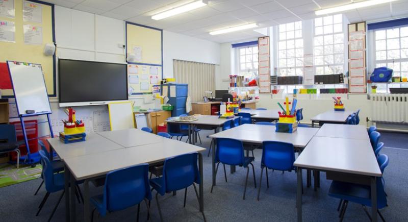 طرد مدير مدرسة جهز غرفة جنس سرية داخل مكتبه