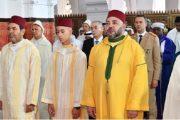 الملك يؤدي صلاة عيد الفطر ويتقبل التهاني