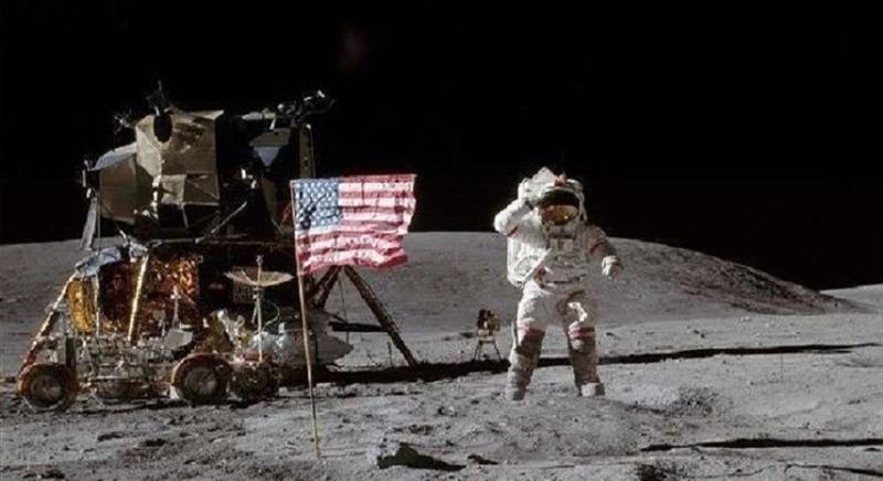 ما حقيقة رفرفة العلم الأمريكي على سطح القمر ؟