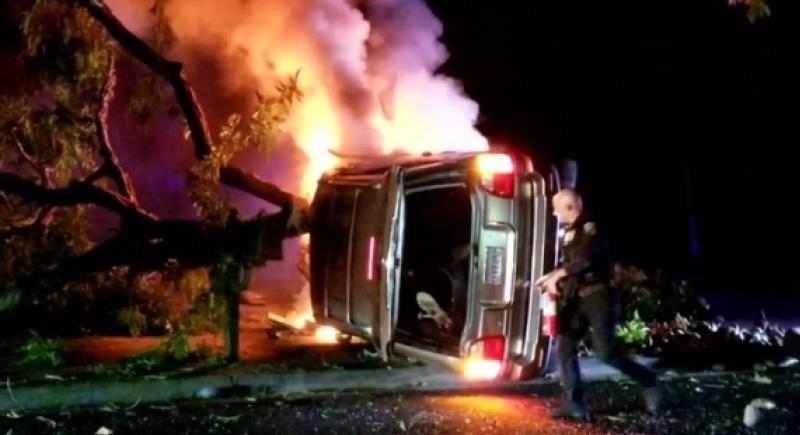 فيديو.. شرطي أمريكي ينقذ شابا من داخل سيارة مشتعلة