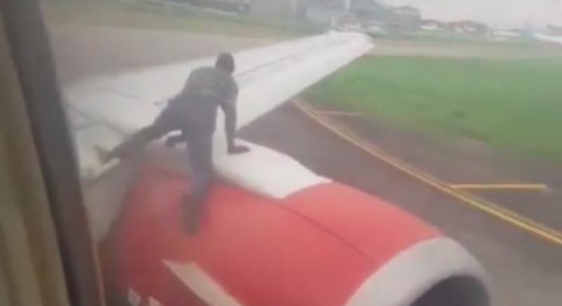 فيديو مرعب.. نيجيري يتسلق جناح طائرة للسفر إلى غانا
