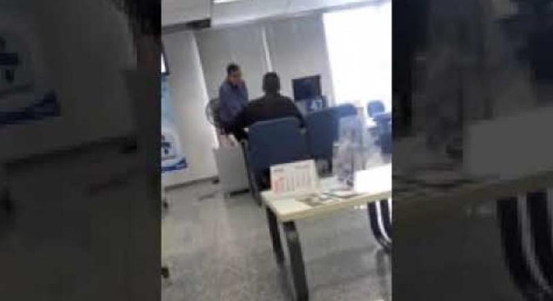 بالفيديو... رد فعل عميل رفض البنك إعطائه قرضا