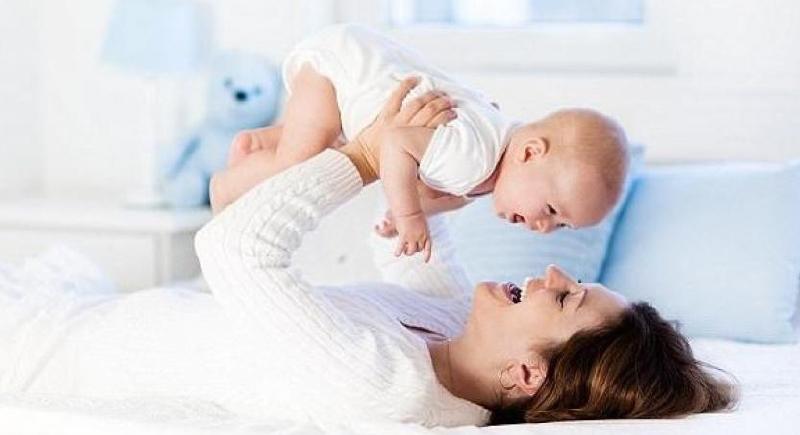 دراسة جديدة تكشف فائدة غير متوقعة للإنجاب في عمر متأخر