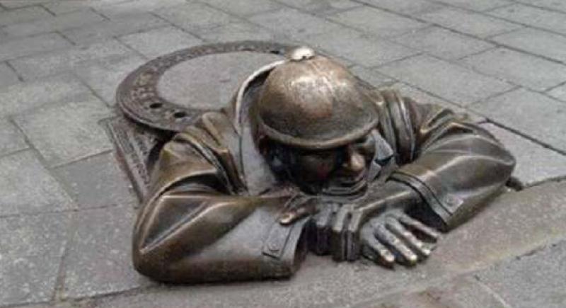 رجل قتله الحب.. قصة تمثال عامل نظافة خسر حبيبته بسبب مهنته