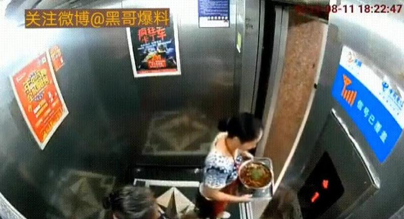 بالفيديو... مصعد يكاد يقتل امرأة قفزت أثناء تحركه